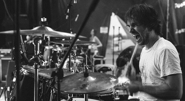 Как научится играть на барабанах в домашних условиях?